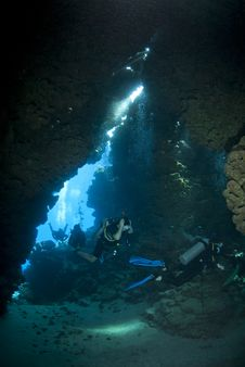 Free Scuba Divers Exploring An Underwater Cave. Royalty Free Stock Photo - 16749995