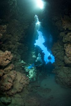 Free Scuba Divers Inside An Underwater Cave. Royalty Free Stock Photos - 16750018