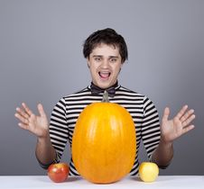 Free Funny Men With Two Apples And One Pumpkin. Stock Photos - 16755843