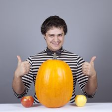 Free Funny Men With Two Apples And One Pumpkin. Royalty Free Stock Images - 16755849