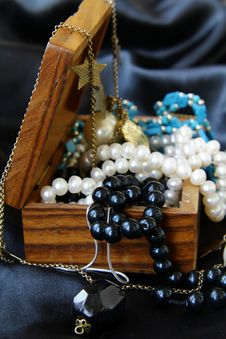 Free Jewelry Pearls In A Wooden Chest Stock Photos - 16758473