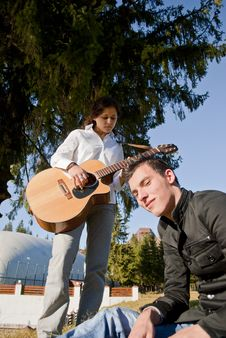 Free Couple Playing Guitar Royalty Free Stock Images - 16774949