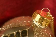 Free Gold Bauble With Red Backdrop Stock Images - 16781784