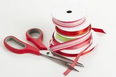 Free SCissors With Spools Of Ribbon Royalty Free Stock Photography - 16784837