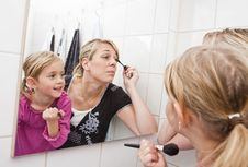 Free Mother And Daughter Put On Make-up Royalty Free Stock Image - 16811446