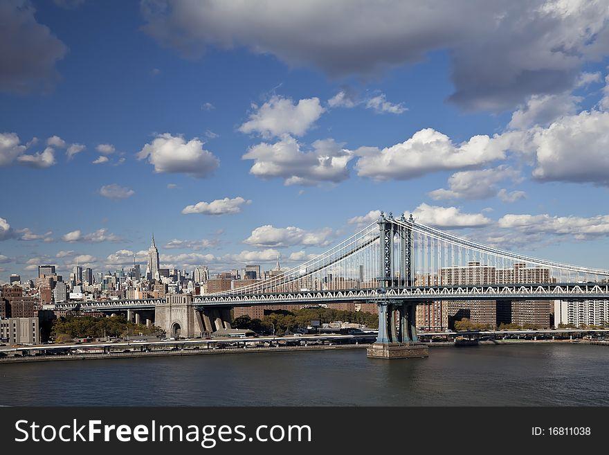 The New York City skyline w Manhattan Bridge