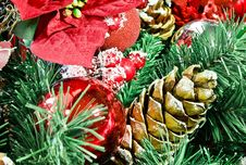 Free Christmas Wreath With Colorful Decorations Royalty Free Stock Images - 16847169