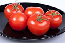 Free Tomatoes On Black Plate Stock Photography - 16892572