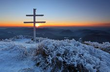 Free A Frosty Sunset In Mountains With Cross Royalty Free Stock Photography - 16904427