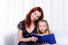 Free Little Girl And Her Mother Read A Book Royalty Free Stock Photos - 16917258