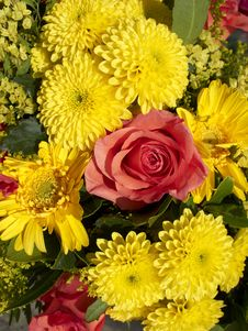 Free Roses And Chrysanthemum Flowers Bouquet Royalty Free Stock Images - 16946769