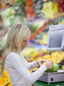 Free Woman Shopping For Fruits And Vegetables Royalty Free Stock Image - 16961796