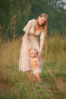Free Mother Walk With Baby  In Park Royalty Free Stock Photography - 16964517