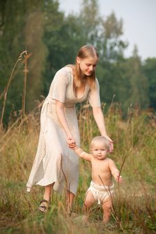 Free Mother Walk With Baby In Park Royalty Free Stock Photography - 16964527