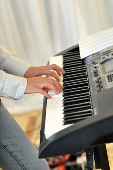 Free Hands Playing Electronic Piano Stock Photography - 16985192