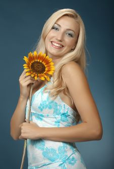 Free The Beautiful Girl With A Sunflower Stock Photography - 16986172