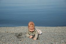 Free The Baby Digs A Hole In Sand Stock Images - 16998974