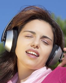 Free Pretty Young Girl Listening Music Royalty Free Stock Images - 17020689
