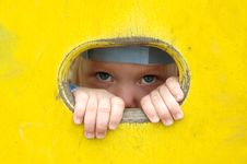 Free Little Girl Look Out Of The Hole In Painted Wall. Stock Images - 17023494
