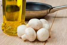 Free Button Mushrooms And Olive Oil Royalty Free Stock Photography - 17029337