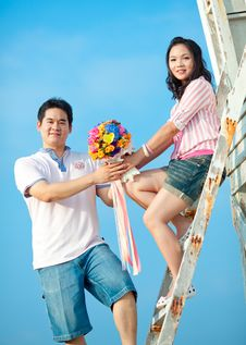 Free Couple Holding Beautiful Flowers Bouquet Royalty Free Stock Images - 17049269