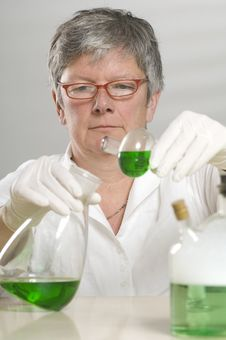 Free Scientist Is Working With A Green Liquid Royalty Free Stock Photography - 17054797