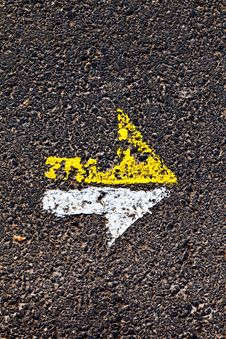 Free Arrow In Yellow And White On A Paveway Royalty Free Stock Photos - 17096158
