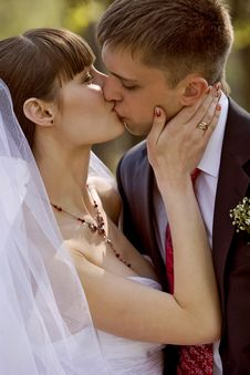 Free Bride And Groom Kissing Royalty Free Stock Photography - 17098987
