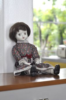 Free Old Vintage Retro Sad Girl Doll Royalty Free Stock Photography - 17102677