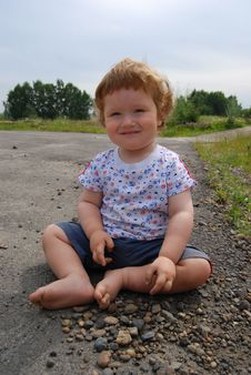 Free A Child Sitting On The Ground Stock Photography - 17109102