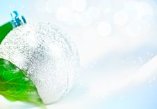 Free Christmas Ball In The Snow Royalty Free Stock Photos - 17135768
