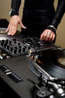 Free Female Rnb Deejay Playing Turntables Royalty Free Stock Image - 17150526