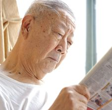 A Senior Man Is Reading Royalty Free Stock Images