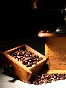 Free Old Grinder And Coffee Beans Stock Photography - 17197552