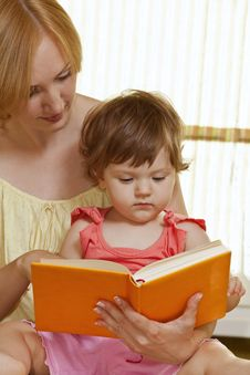 Free Mother With Her Daughter Reading Book Stock Images - 17207384