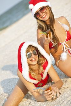 Free Women In Christmas Suit With Martini On The Beach Royalty Free Stock Photos - 17207448