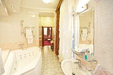 Free Hotel Bathroom Interior Royalty Free Stock Photos - 17209488