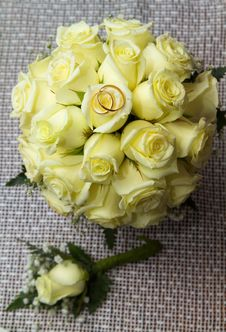 Free Two Rings On The Bouquet Of Roses Royalty Free Stock Photography - 17221977