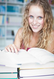 Free Pretty Female College Student In A Library Royalty Free Stock Images - 17251739
