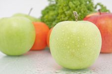 Green Apple And Tangerine Royalty Free Stock Image