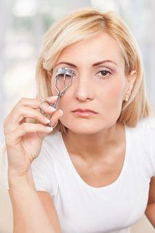 Free Beauty Woman Using Eyelashes Curler Stock Photo - 17301100