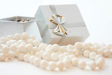 Free Gift Box And The Beads Royalty Free Stock Images - 17306549