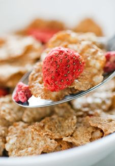 Free Corn Flakes With Dried Strawberry Royalty Free Stock Images - 17326419