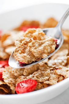 Free Corn Flakes With Dried Strawberry Royalty Free Stock Photos - 17326478