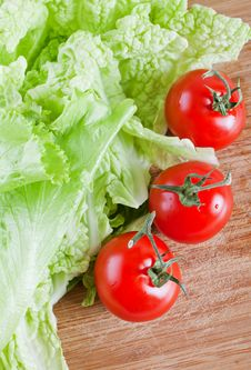 Free Fresh Tomato And Lettuce Leaves Royalty Free Stock Photos - 17327278