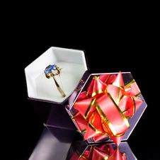 Free Gold Ring In A Gift Box Royalty Free Stock Photography - 17351207