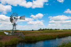 Free Old Fashioned Country Windmill Royalty Free Stock Image - 17355046