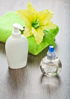 Free Towel With Flower  And Bottles Royalty Free Stock Image - 17357886