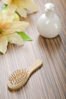 Free Round Bottle And Hairbrush With Flower Royalty Free Stock Photos - 17359638