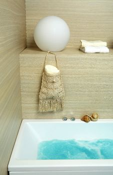 Free Bath Tub And Towels Royalty Free Stock Image - 17391846